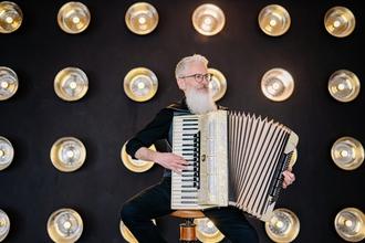 Casting homme accordéoniste entre 50 et 70 ans pour être silhouette dans long métrage