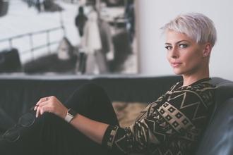 Recherche modèle F aux cheveux gris naturels pour un tournage pour un média de beauté