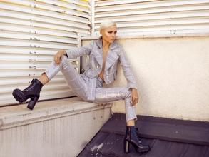 Recherche femme mannequin cabine pour essayage vêtement de mode