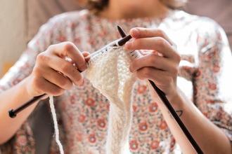 Casting femme sachant tricoter entre 20 et 60 ans pour téléfilm
