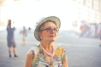 Recherche femme de 70 ans de type caucasien pour tournage publicitaire