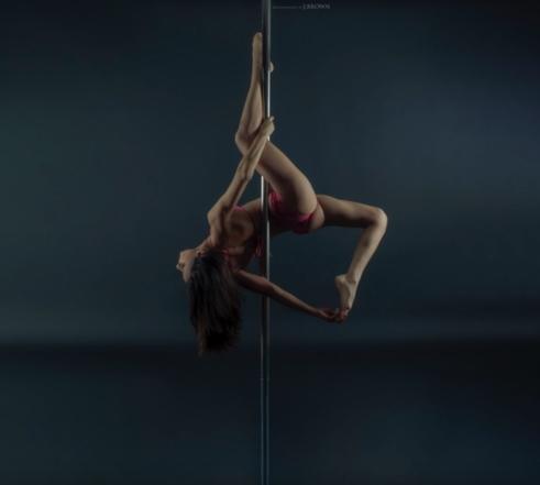 Passionnée par le pole dance,notre membre VIP Naceira répond à nos questions sur cette discipline et nous raconte son parcours de danseuse !